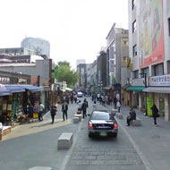 The flush curb shared road character of Insadong-gil. Source: Google Street View 2012